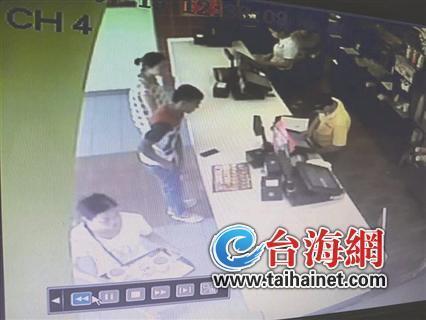 监控显示,陌生男子在德日士餐厅点餐
