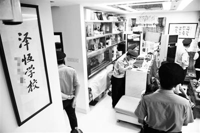 """2014年7月30日,广东珠海,警方查处""""华藏宗门""""非法组织活动场所供图/CFP。"""