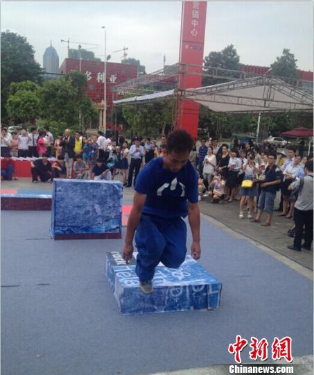 7月16日下午,广西柳州启动中国首个跑酷公园建设仪式。 当日,建设方阳光100与丹麦文化中心签属了《战略合作备忘录》。建成之后,将作为中国丹麦两国跑酷选手定点比赛交流场所,成为中丹文化交流活动项目的长驻基地。 曹伟军 摄