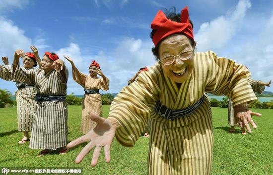 """2015年7月15日消息,日本一群老奶奶成立了一支最高龄的""""偶像团体""""."""