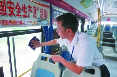 曹秀敏在公交车内打扫卫生。(图片由繁昌运通公交公司提供)