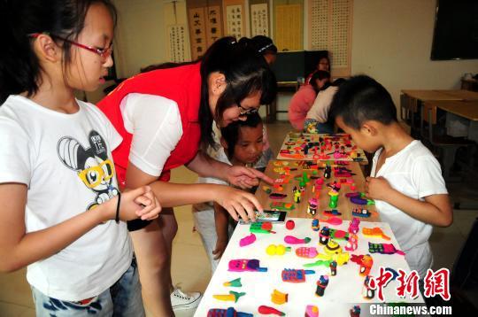孩子们在学习制作手工 刘林 摄