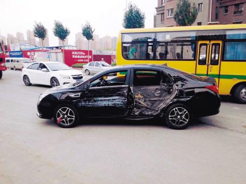 俩货车相撞 四辆无辜车受伤