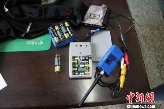 图为民警查获的作弊设备。