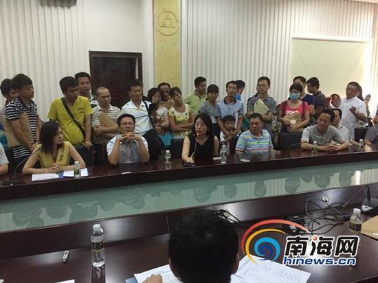 7月17日,百名昌茂城邦业主再次应昌茂集团之邀到昌茂集团协商解决问题。(南海网记者刘麦摄)