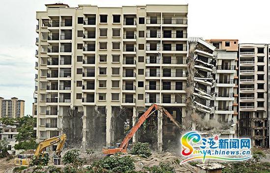 """7月17日下午,三亚天涯区桶井市仔村的违建被""""放倒""""。"""