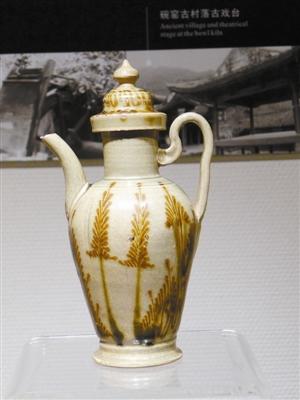 宋青瓷褐彩蕨纹执壶。