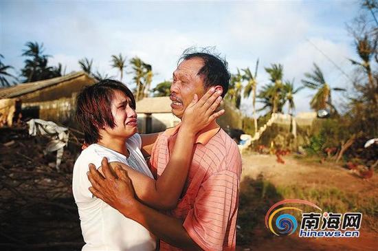 2014年7月20日,从海口赶回文昌翁田寻找父亲的林柳,与父亲林诚相拥而哭。本报记者张杰摄