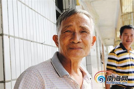 张黑弟把守坝当成了自己一生的事业。本报记者刘贡摄