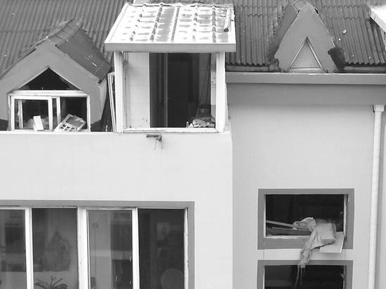 事发居民家的窗户玻璃已被崩碎。