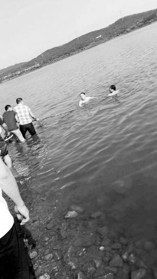 男孩被打捞上岸
