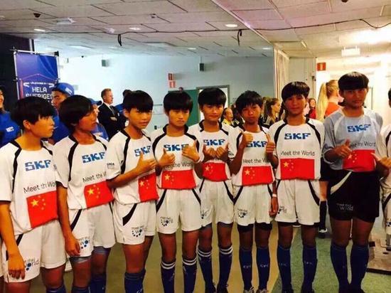 赛前女足姑娘们面对镜头互相鼓励