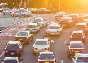 资料图片:车流密集的街道。(图片来源于网络)