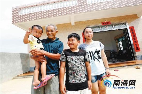 2015年7月14日,林克芝老人和家人站在新房前,幸福满溢。本报记者陈元才摄