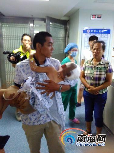 小守被父亲抱出重症监护室。