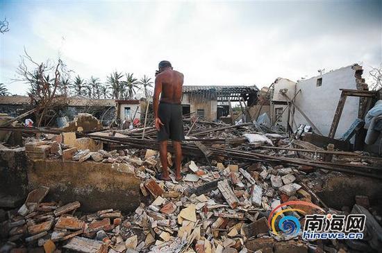 2014年7月21日,在文昌市翁田镇大城村,74岁的林克芝站在废墟上,低声抽泣。本报记者张杰摄