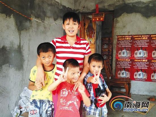 利友香和三个儿子很感激社会各界对他们的关心。本报记者李佳飞摄