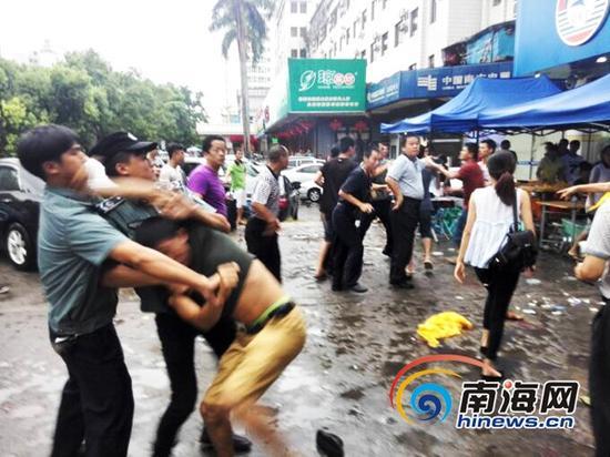 海口中山街道取缔占道经营遭摊贩暴力抗法。