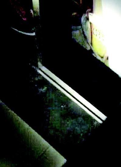 图为:电梯门被踢开一个口子 视频截图