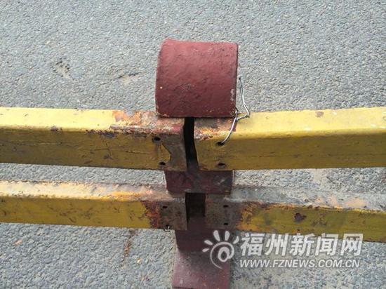 事故导致桥面拥堵,记者发现部分护栏仅靠铁丝固定。 福州新闻网7月20日讯(福州晚报记者 林春长 文/摄) 昨日下午3时许,在金山大桥台江往仓山方向的桥面上,一辆黑色小车失控撞上机非隔离护栏,车头被脱落的铁护栏插中动弹不得。事故导致上桥车辆排起长队,从桥面一直堵到了工业路。 事发桥面位于金山大桥中段,下午3时40分许,事故车还在现场等待施救。桥面上一段30多米长的铁护栏被撞得东倒西歪,部分护栏脱落掉在地上,小车车头严重受损,部分护栏插进车里,车底还压着一块支撑护栏的铁块。 黑色小车司机称,当时他开车行驶在