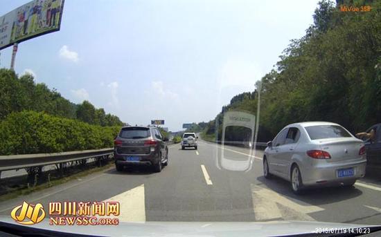 高速路上两车并排停车。行车记录仪截图
