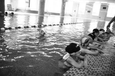 孩子们在泳池畅游