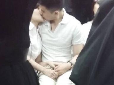 情侣地铁内热吻 旁若无人