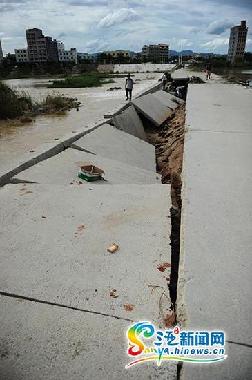 7月21日,水中桥桥面塌陷。(三亚新闻网记者沙晓峰摄)