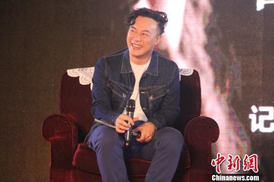 陈奕迅称没想签约窦靖童:签她压力太大