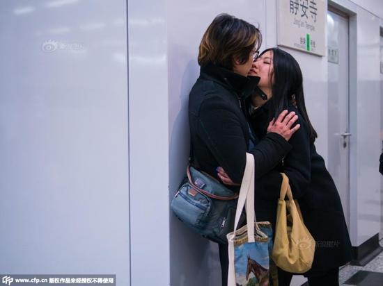 上海摄影师上下班途中拍地铁接吻男女