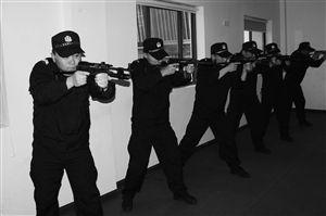 对部队出来的刘警官来说,上楼追飞贼是小菜一碟