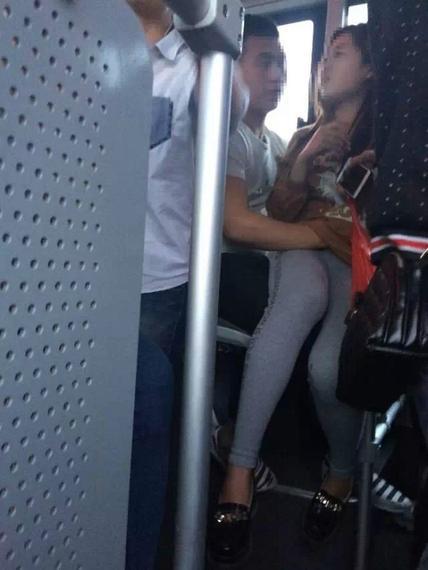公共汽车上的男孩-连云港15路公交车男女当众亲热高清图片
