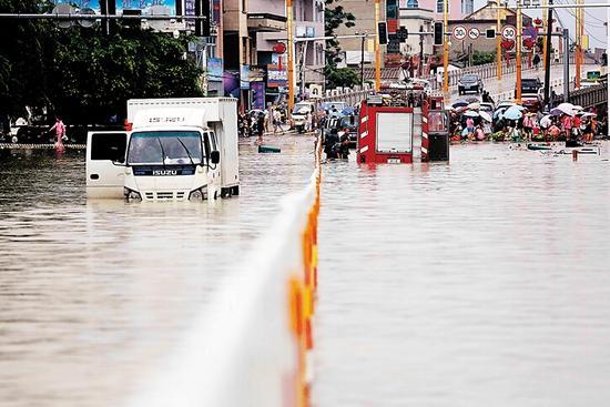 7月20日,在东方市八所镇,持续的暴雨使得部分街道出现严重积水。海南日报记者 陈元才 特约记者 高智 摄