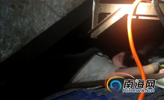 醉酒女子爬铁皮棚轻生后睡着(通讯员吕书圣摄)