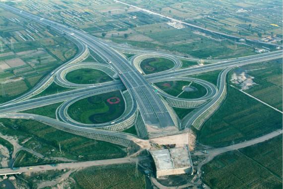 """高速公路将长期收费 实行""""差别化负担"""""""