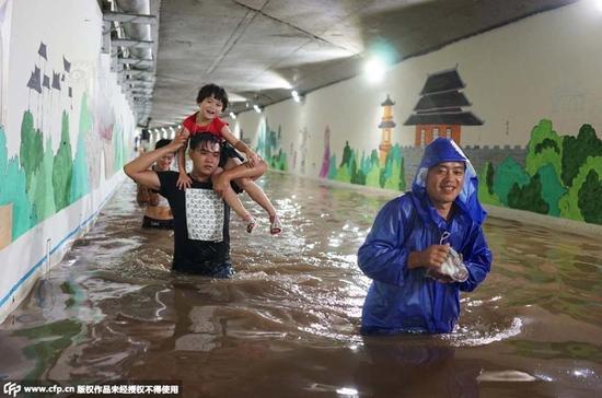 金华暴雨致桥洞浸水 一家人游泳赶高铁