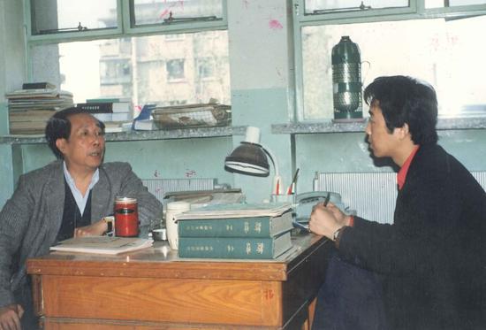 4 郝克强在办公室承受梁平采访。
