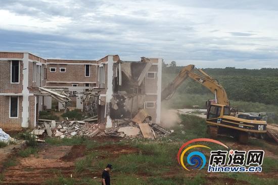 7月22日,随着6辆炮机同时发动,轰动一时的海南金棕榈现代农业有限公司占用农田所建的15栋违建别墅被强制拆除。(南海网记者黄丹摄)