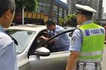 交巡警给热晕在车里的驾驶员喂水 记者 龙在全 摄