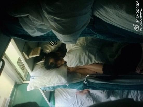 一个姑娘睡在火车卧铺,误把凌晨爬上她铺位陌生人当做了男友.