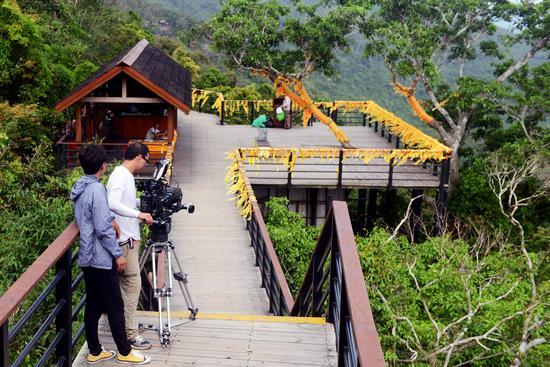 图为剧组在景区山顶公园取景拍摄