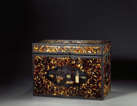 大漆百宝嵌镶玳瑁地博古图箱(拍品编号:1243)起拍价¥180,000