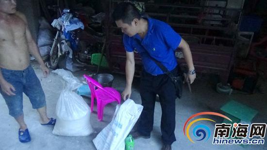 执法人员找到一袋3公斤的苯甲酸钠以及一袋40公斤的硫酸铝钾。