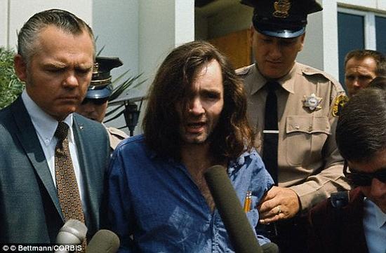 Charles Manson在1969年8月的2个夜晚杀死了7人,他在少年时期经历了虐待,并且被人忽视,没有受到过关注。