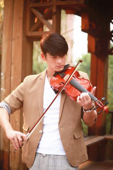 郭品超拉小提琴
