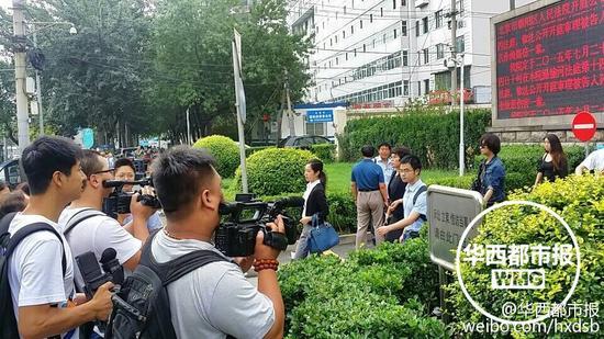 汪峰起诉卓伟法院门口人多