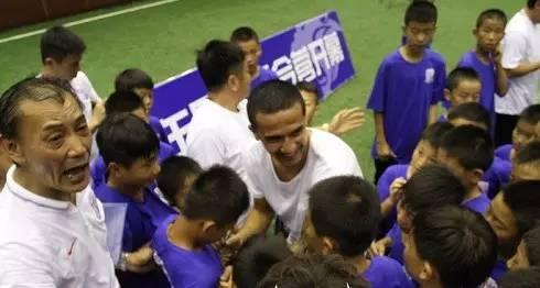 申花办全国少年足球夏令营 卡希尔范志毅助阵做动员