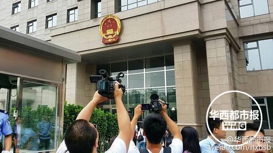 法院门口媒体聚焦