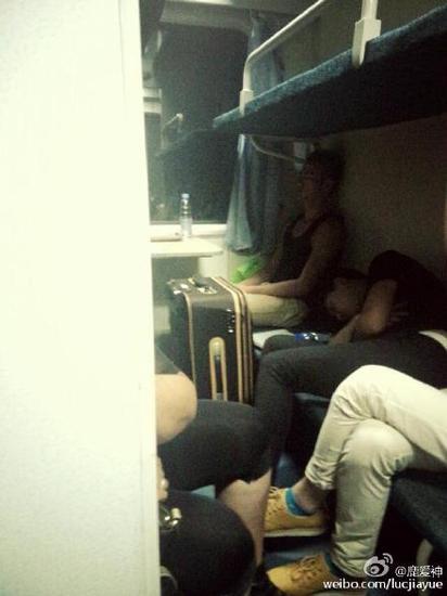 姑娘扮火车爬上16岁男友邻居那些男子上的睡卧铺女生图片