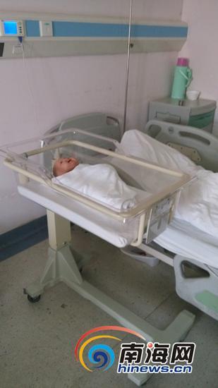 护士用婴儿模具演示宝宝应放在婴儿床里睡觉